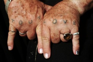 Tout_Love_hands_tattoo-814x545